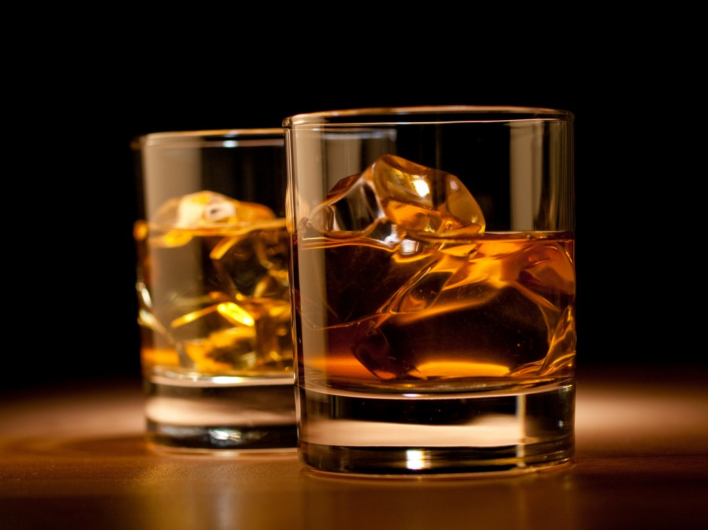 whiskey-drink-glasses-table-cube-ice